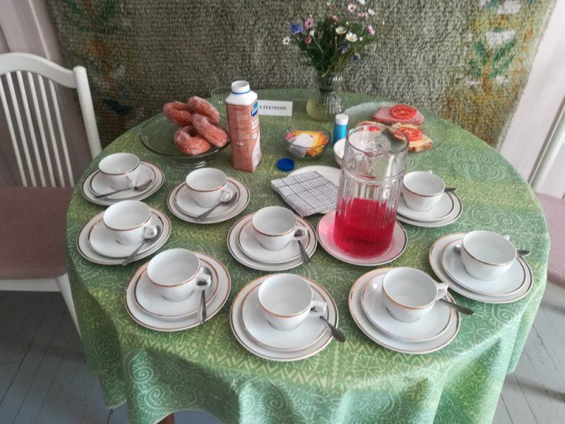 Pöytä katettu kahvion asiakkaita varten.