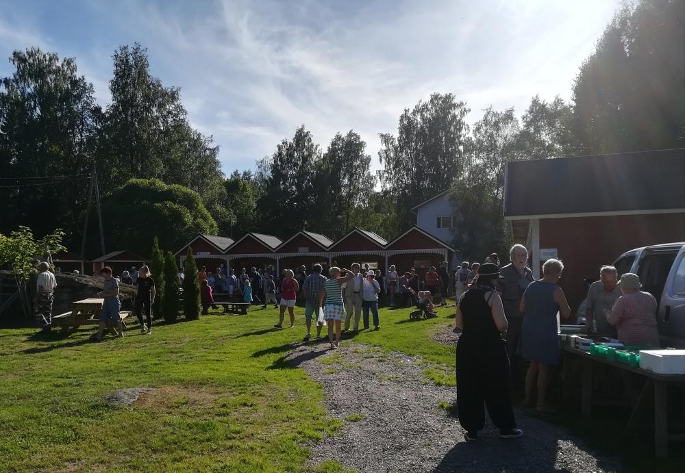 Kaunis kesäilta houkutteli paljon väkeä torille.