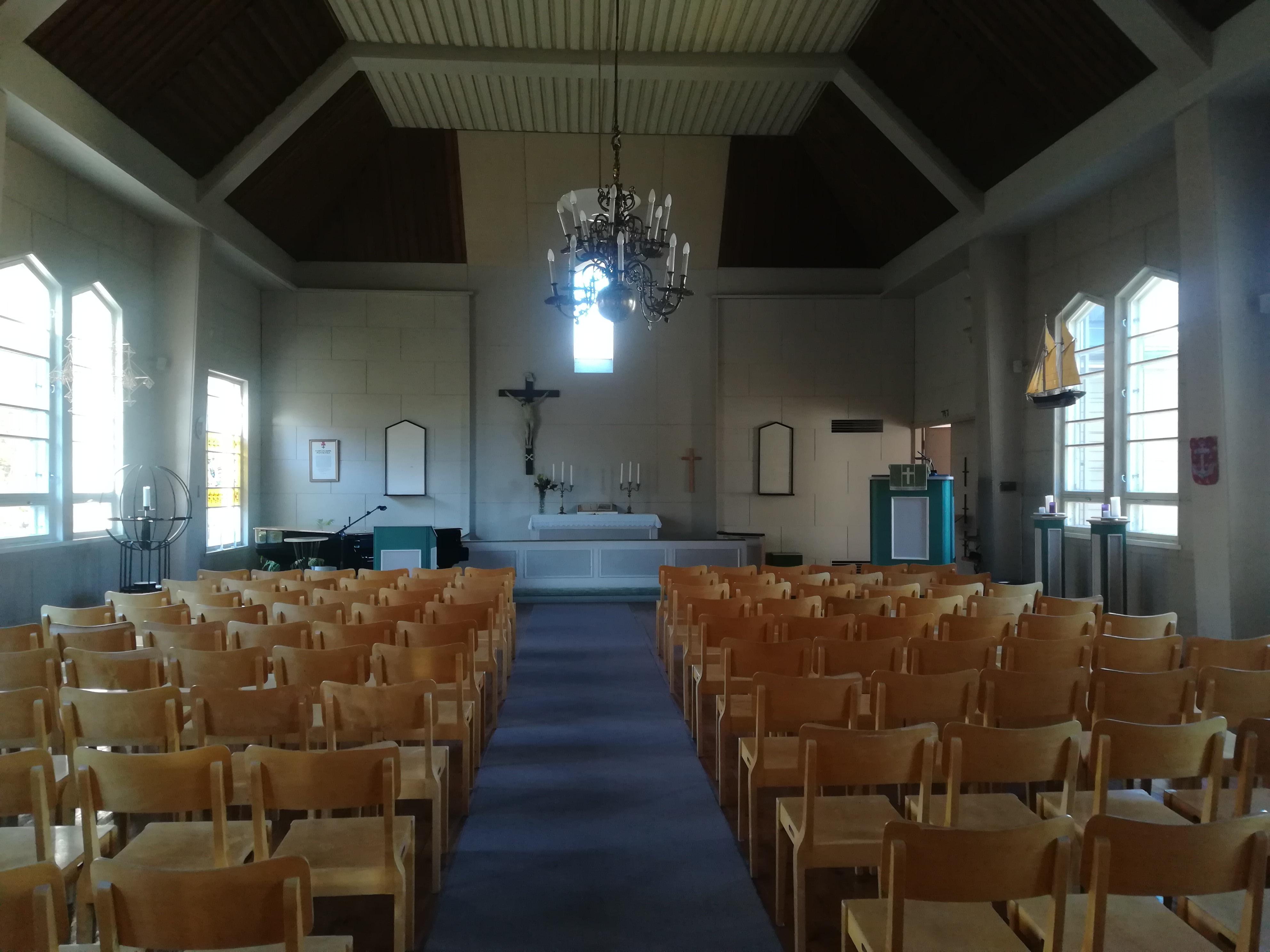 Kirkkosalissa on 200 istumapaikkaa.