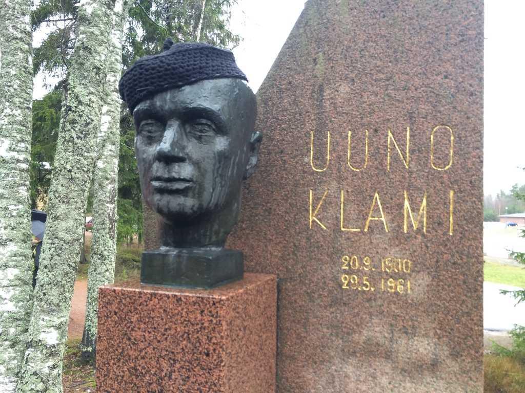Uuno Klamin patsas saa Vappujuhlissa baskerin päähänsä.
