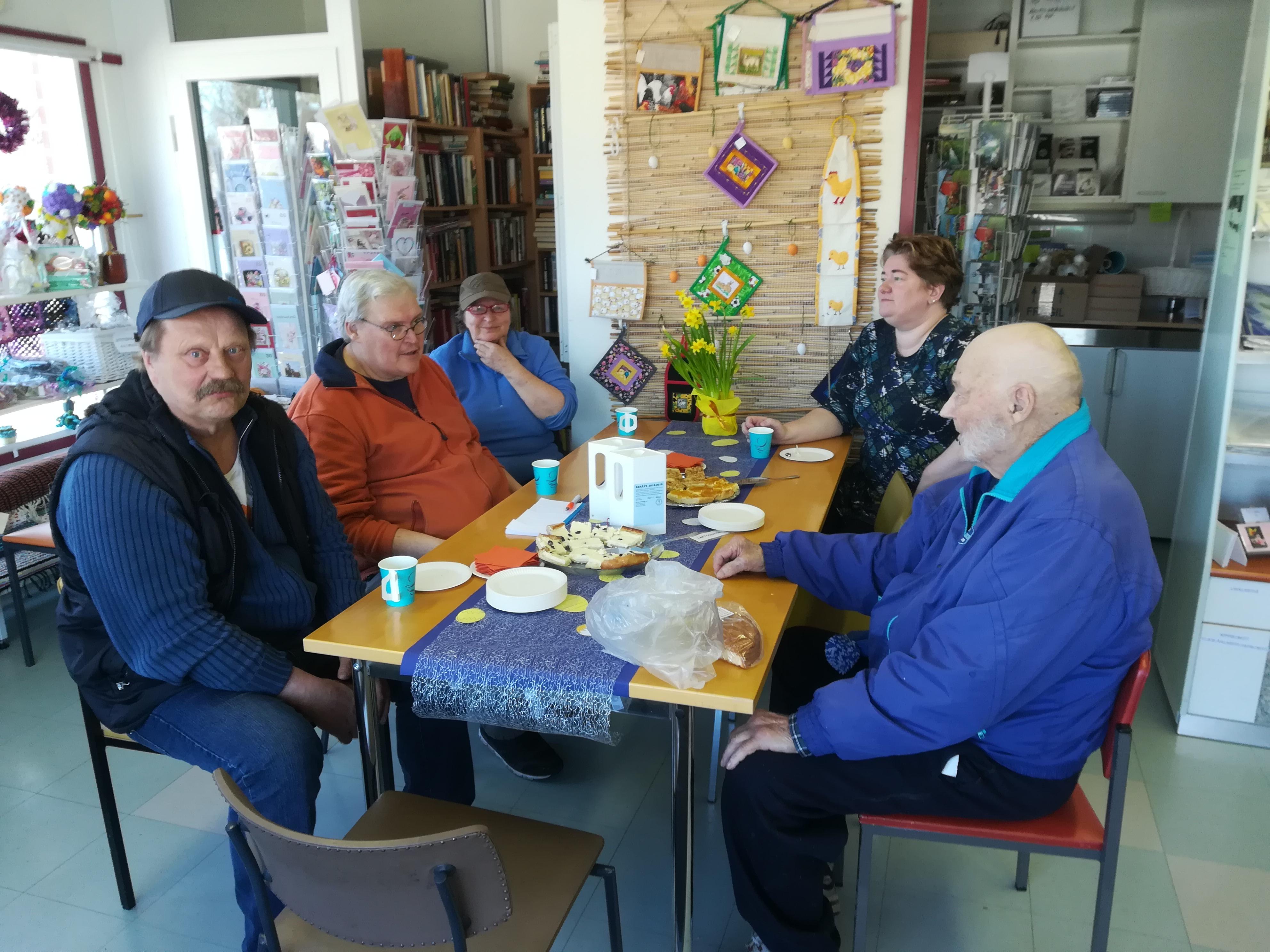 Kahvittelun lomassa käytiin paljon mukavia keskusteluja.