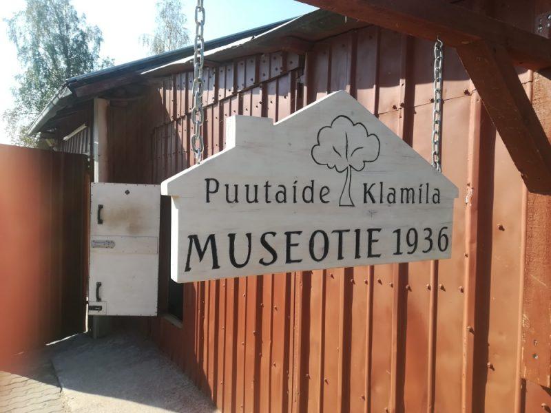 Puutaide sijaitsee Museotien varrella Klamilan keskustassa.