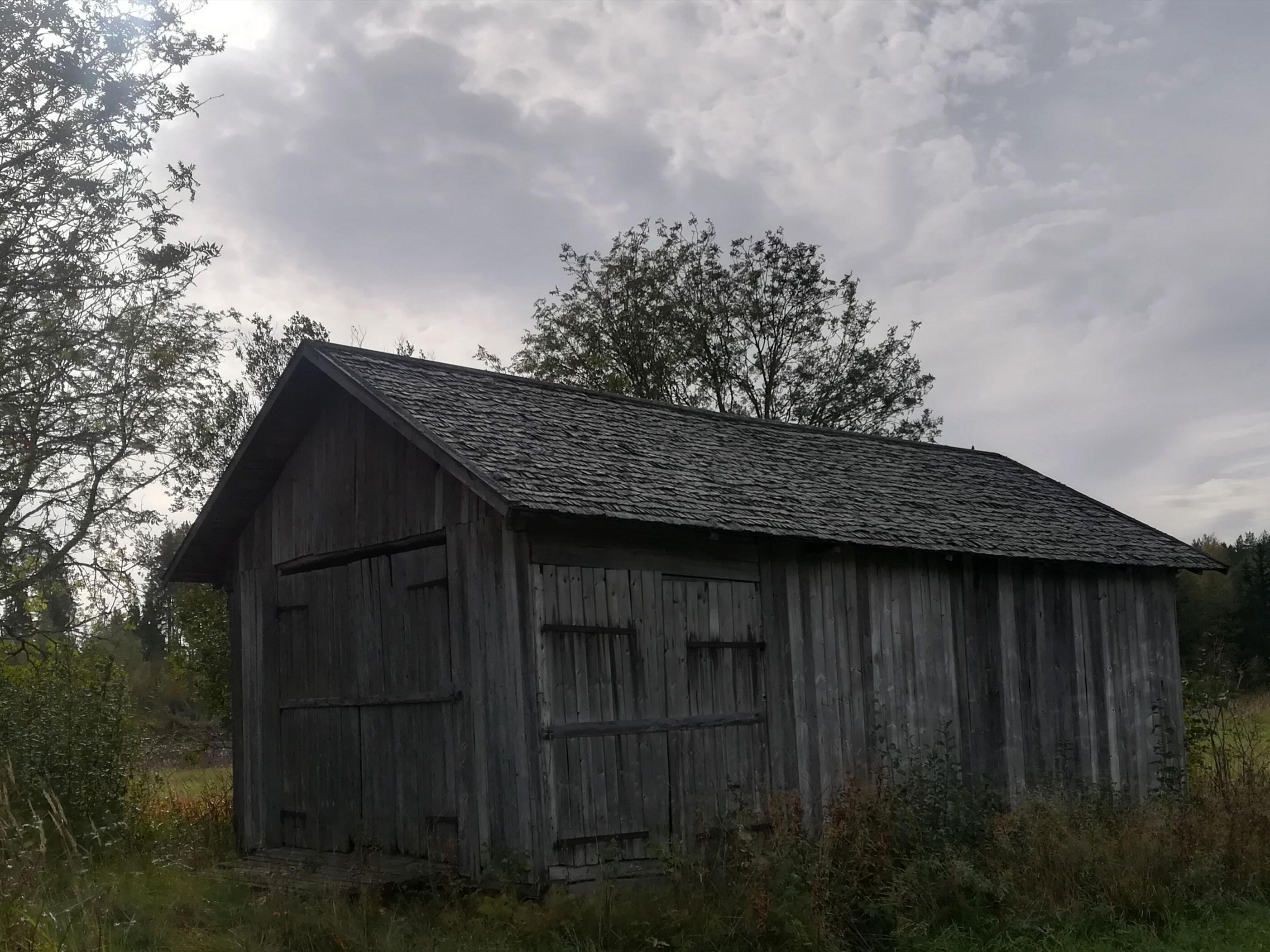 Vanha lato, jonka pärekatto on uusittu.
