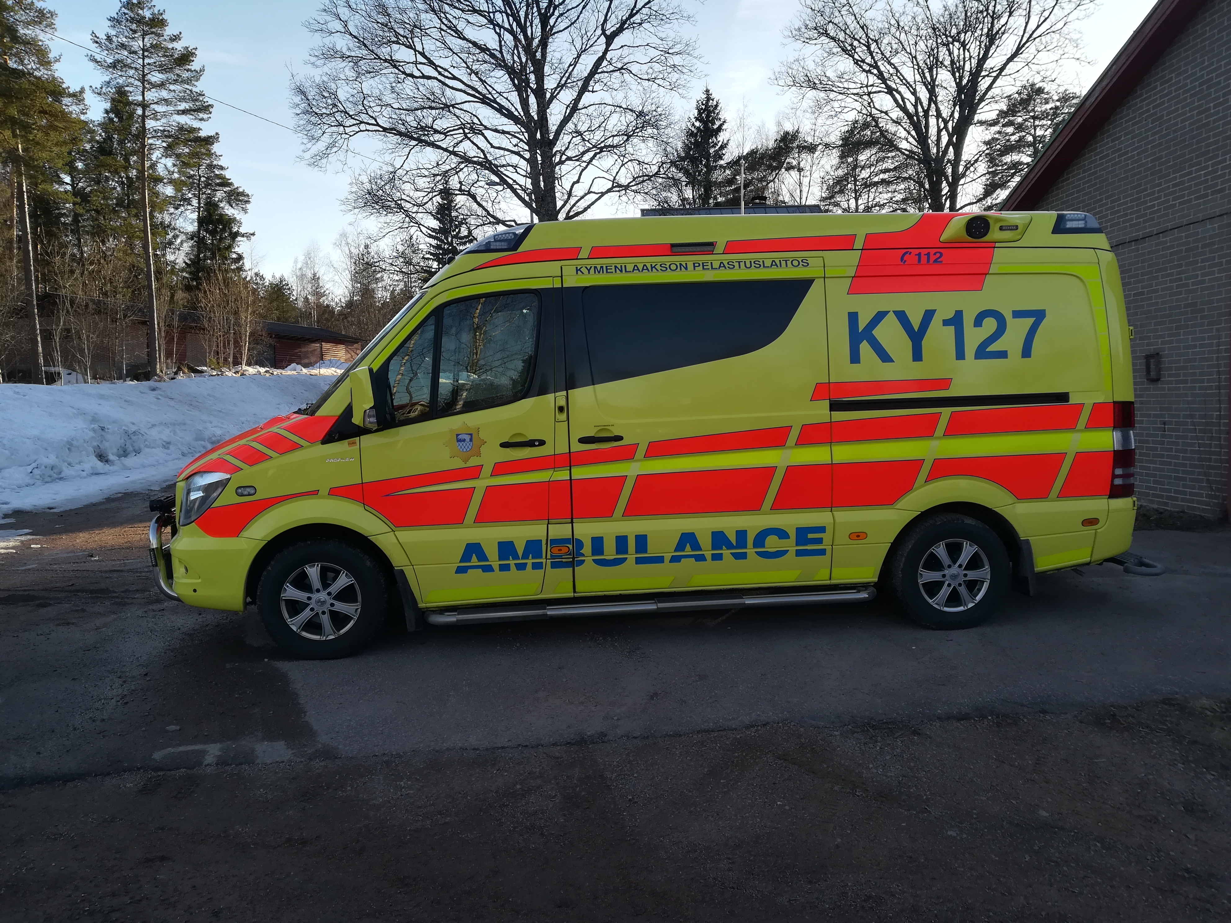 Monitoimiyksikön käytössä oleva ambulanssi.