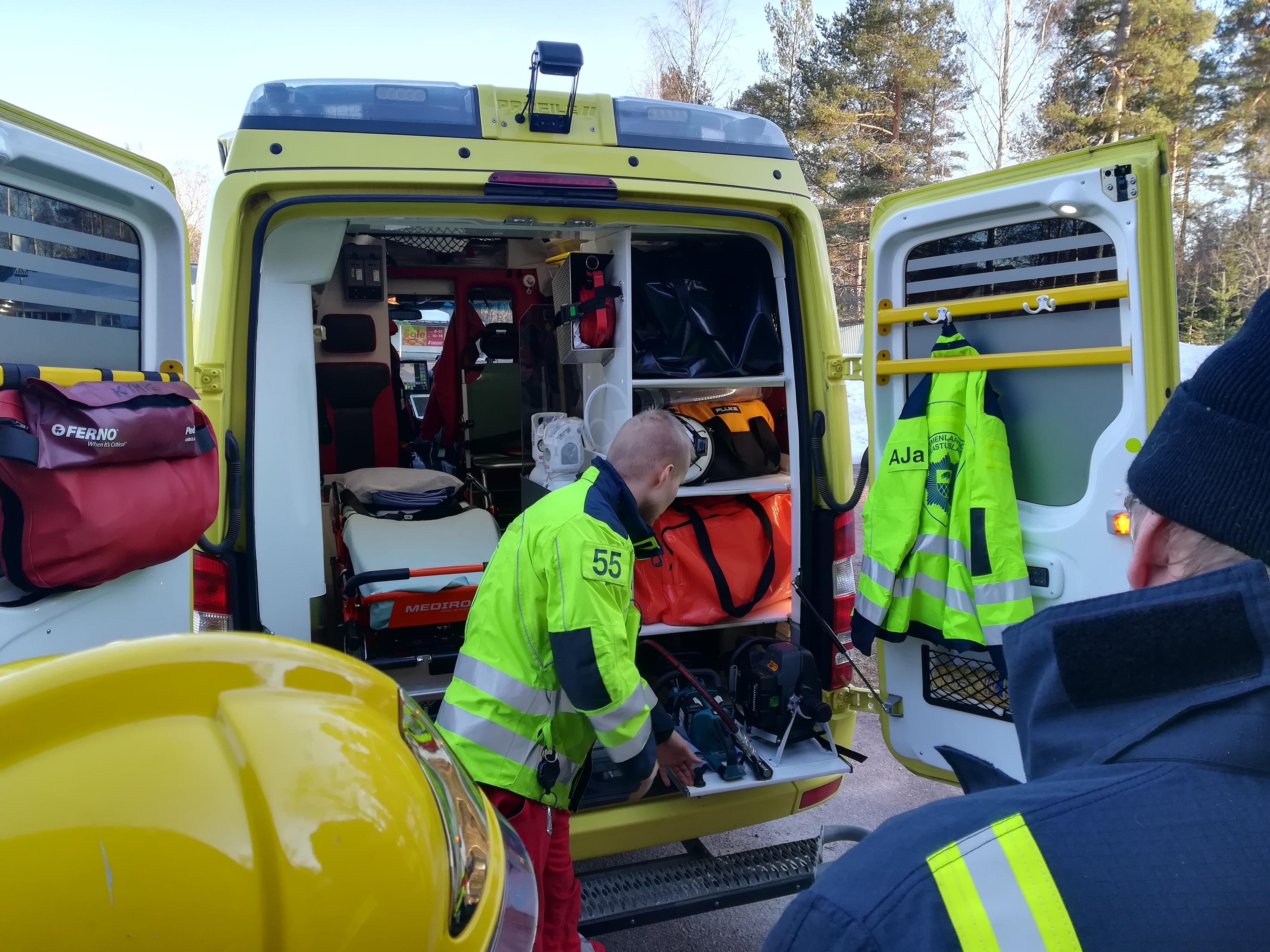 Ambulanssin takaosasta löytyy mm.pintapelastustarvikkeet sekä yhdistelmälevitin ja puukkosaha.