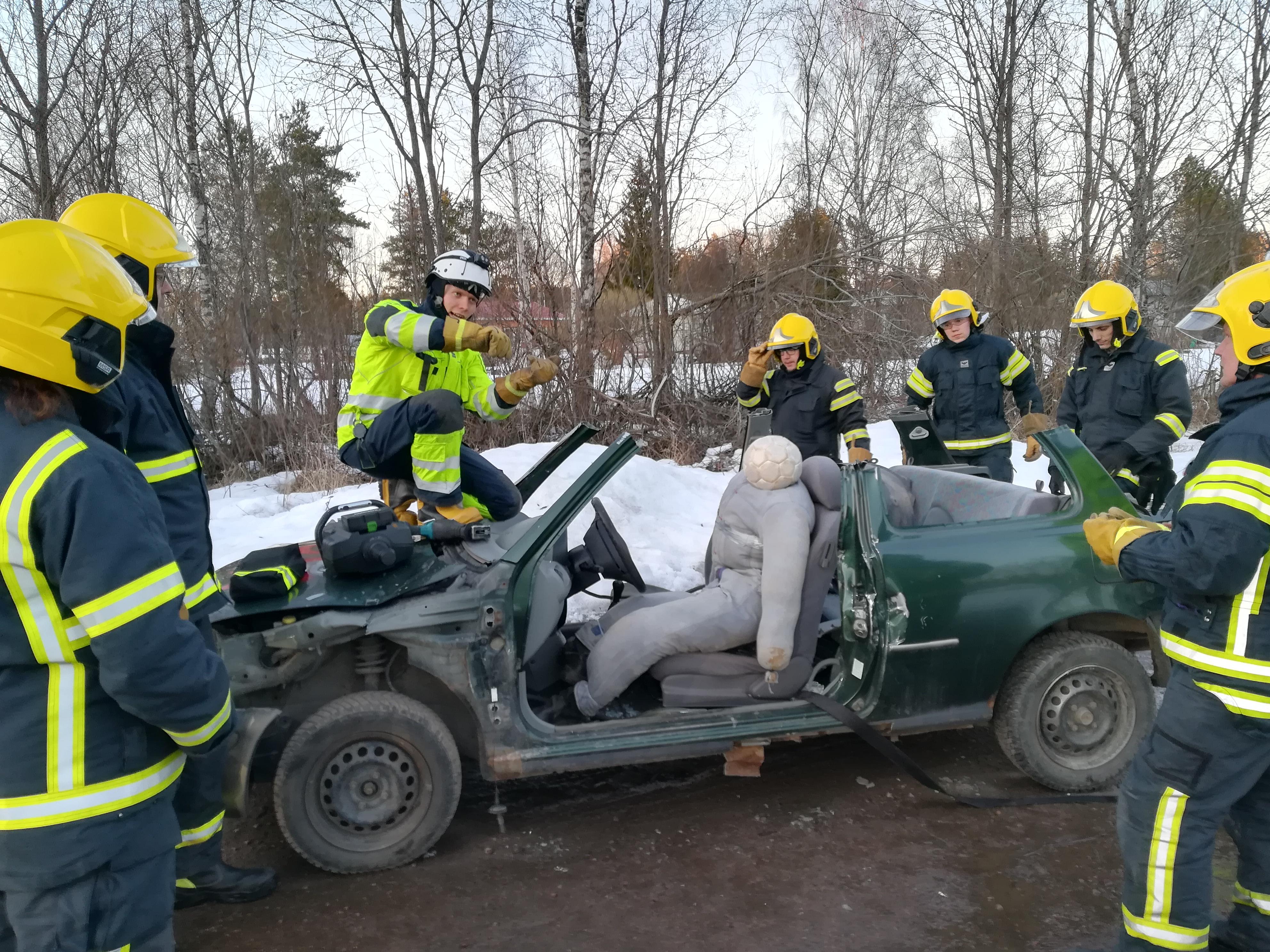Lopputulos;  potilas saatiin onnistuneesti pelastettua! Auto toki kärsi hieman käsittelyssä..