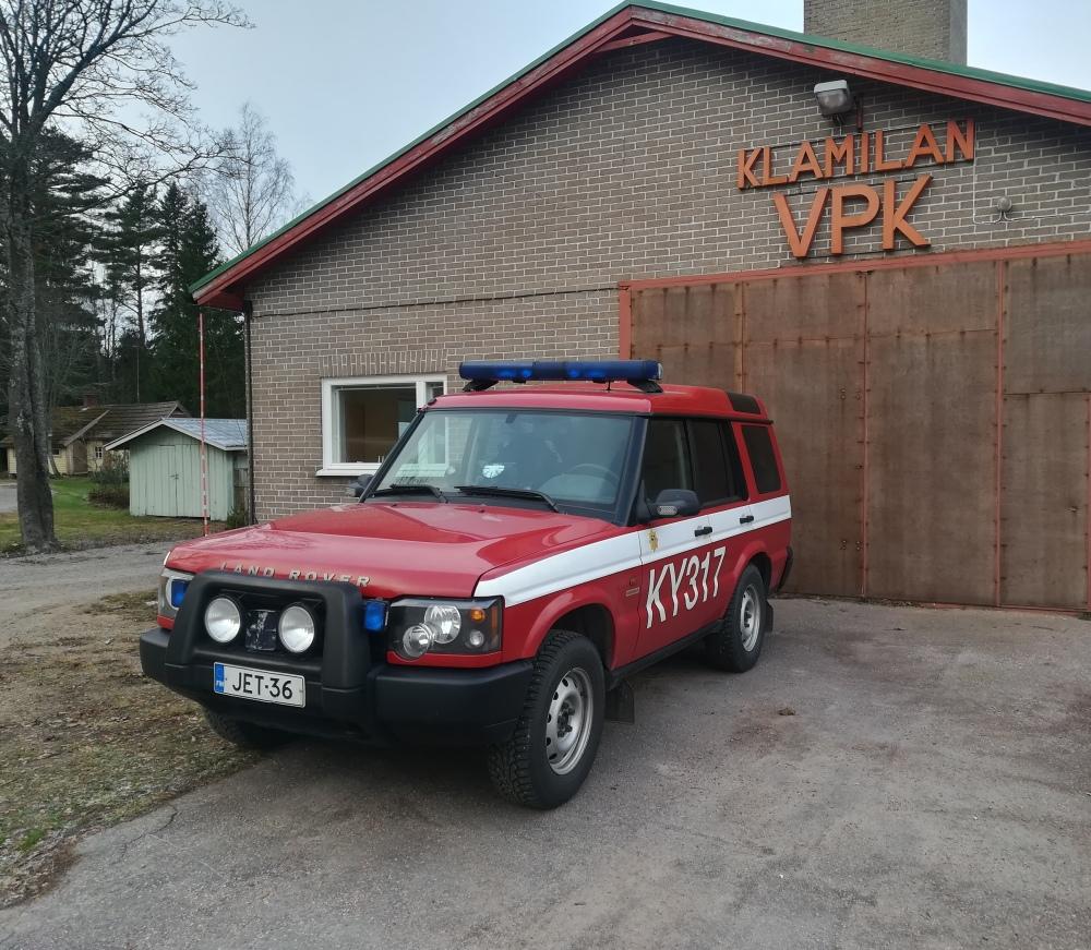 Klamilan paloasema sijaitsee keskellä Klamilan kylää. Miehistöauto on myös ensivasteen käytössä.